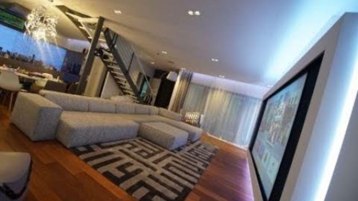 XXL-Screen, Akustik und High-Tech als elegantes Wohnraum-System